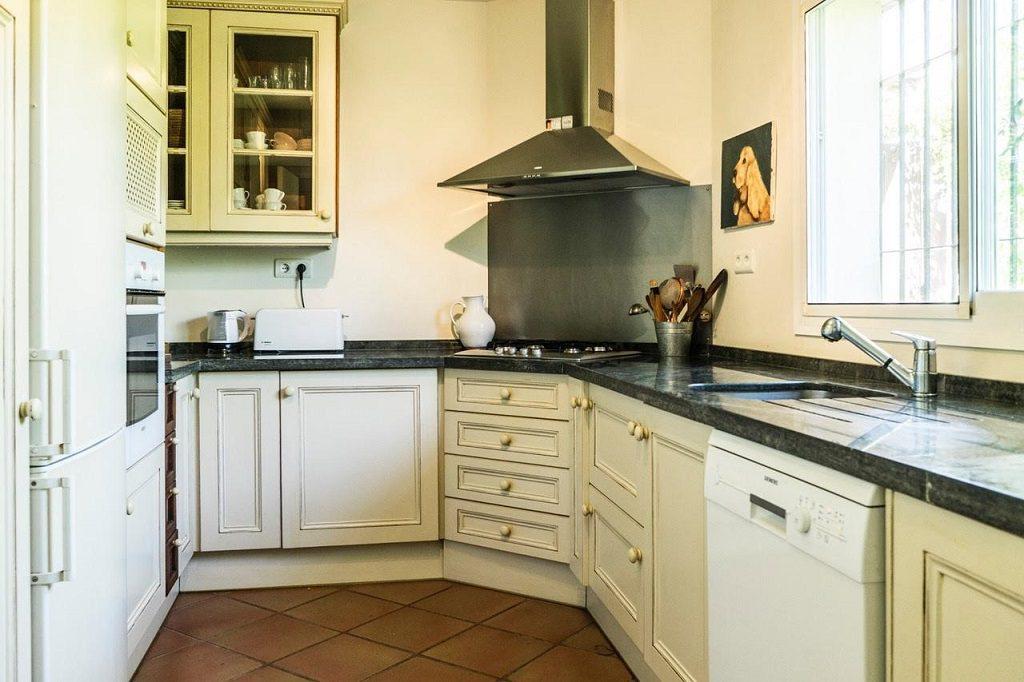 cocina 70 1024x682 - Acogedora casa con jardín y piscina en Cancelada, Estepona (Málaga)