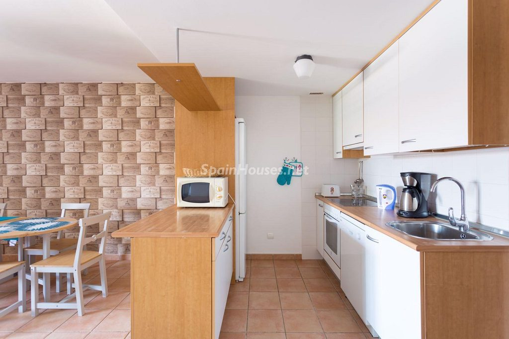 cocina 73 1024x682 - Sencilla simetría y vistas al mar en un apartamento en Playa Paraíso, Adeje (Tenerife)