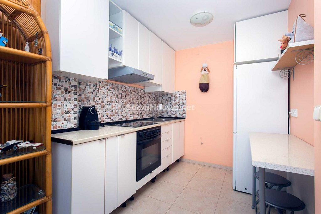cocina 79 1024x682 - Veranos de luz y vistas al mar en un piso en Playa de San Juan (Alicante)