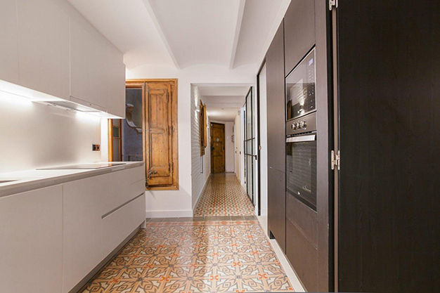 cocina barcelona - Apartamento con terraza en Barcelona: modernidad en un barrio de arquitectura majestuosa