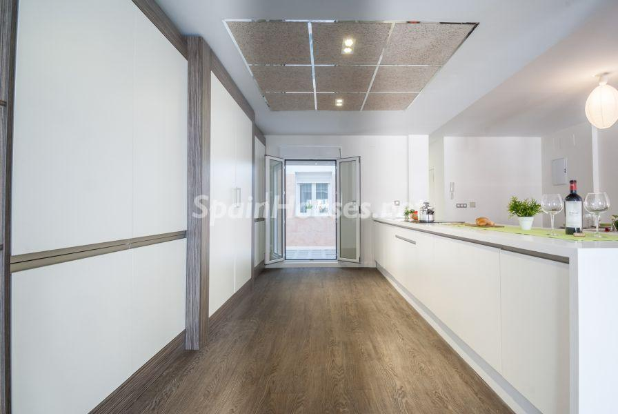 cocina pasillo - Home Staging de detalles cálidos en un bonito piso reformado en Cádiz capital