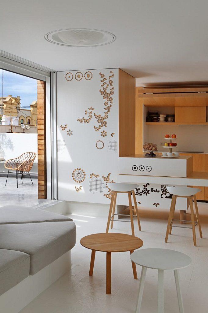 cocina terraza 682x1024 - Precioso ático de diseño en Valencia: 70 metros de luz, funcionalidad y encanto