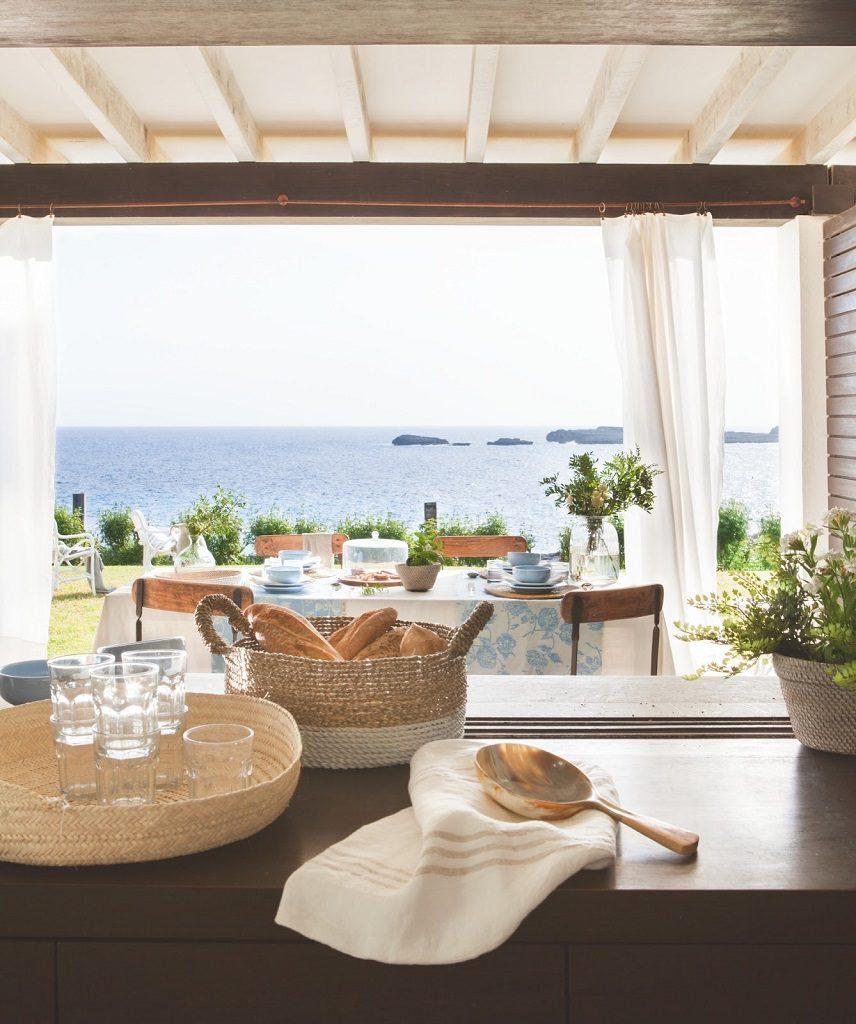 cocina vistas 856x1024 - Fantástica casa junto al mar en Menorca (Baleares) abierta al Mediterráneo