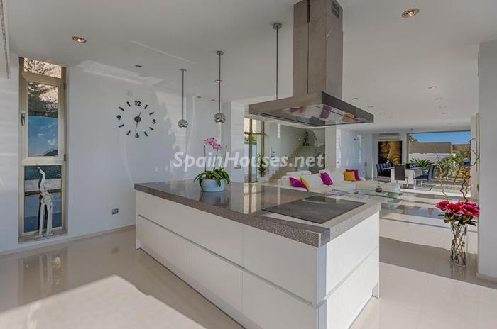 cocina1 1 - Blanca y sofisticada villa de vacaciones en Moraira (Costa Blanca): luz y diseño frente al mar