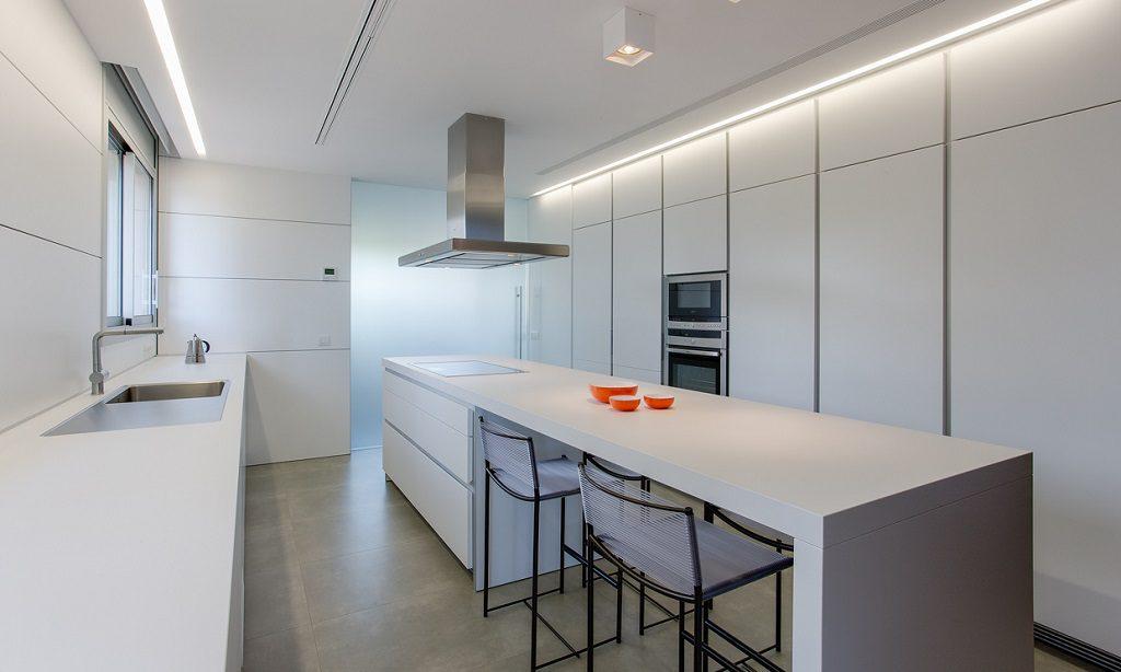 cocina1 21 1024x614 - Piso en Benicasim (Castellón): serenidad sencilla y blanca junto al mar