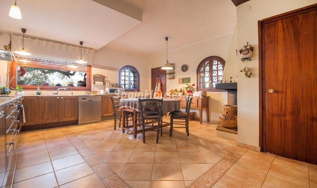 cocina1 23 1024x608 - Preciosa casa rústica entre viñedos y naturaleza en el Bajo Penedés, Tarragona