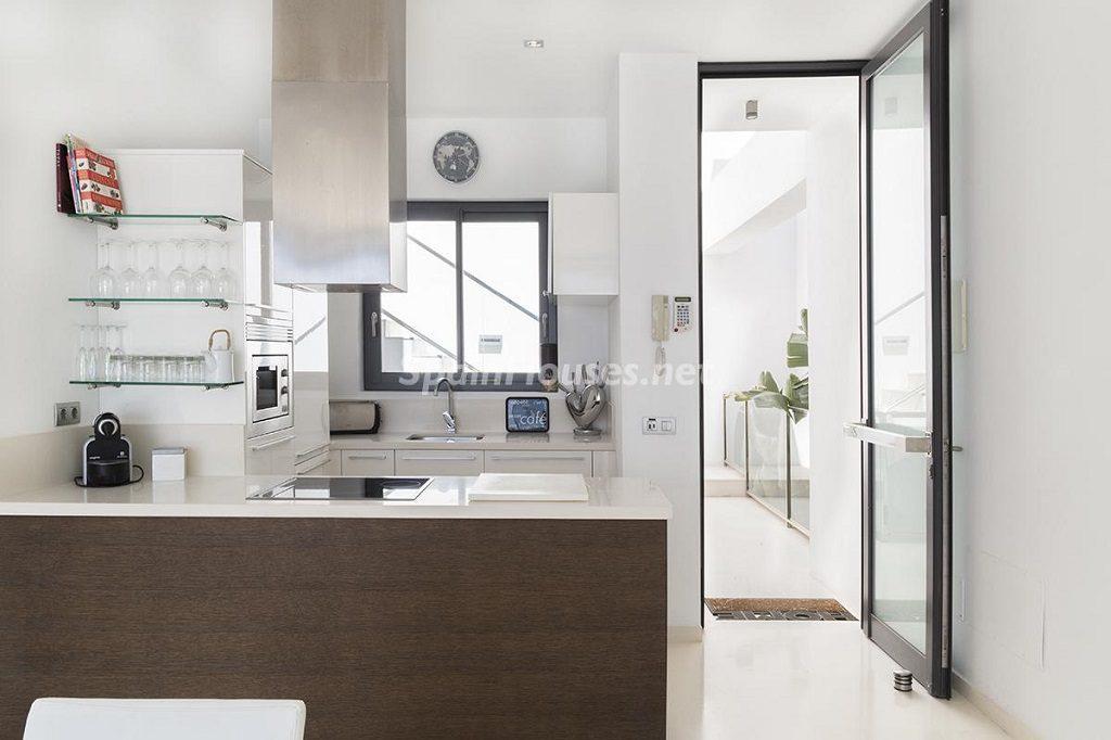 cocina1 29 1024x682 - Lujo minimalista para una escapada de vacaciones frente a Es Vedrà, Ibiza (Baleares)