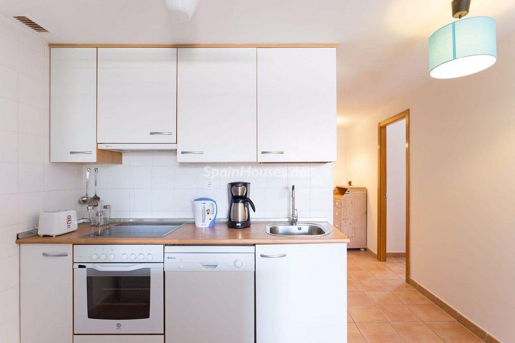 cocina1 31 1024x682 - Sencilla simetría y vistas al mar en un apartamento en Playa Paraíso, Adeje (Tenerife)