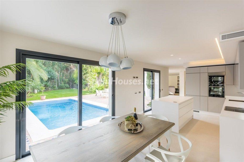 cocina1 5 1024x683 - Fantástica villa escondida entre los campos de golf de Nueva Andalucía, Marbella (Málaga)