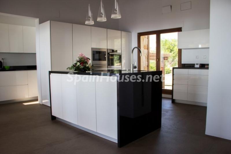 cocina1 6 - Lujosa casa vestida de piedra en Benitachell (Costa Blanca) con vistas panorámicas al mar