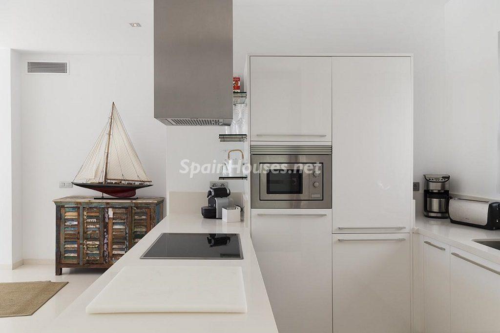 cocina2 11 1024x682 - Lujo minimalista para una escapada de vacaciones frente a Es Vedrà, Ibiza (Baleares)