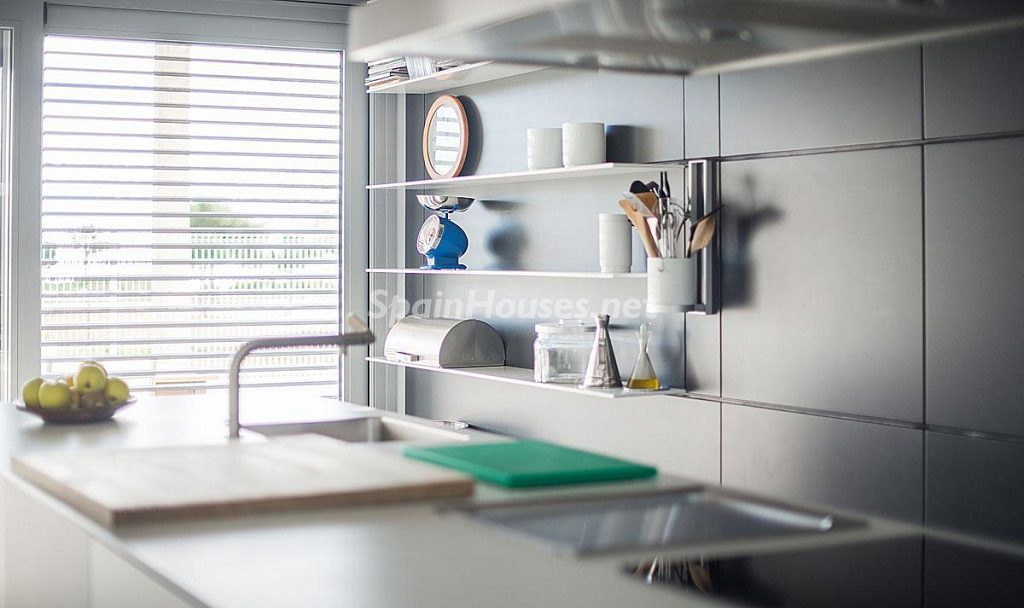 cocina2 3 1024x608 - Diseño escandinavo en una soleada casa junto a la playa en Cambrils (Costa Dorada)