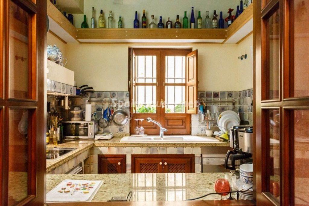 cocina2 6 1024x682 - Color tierras florentinas y sabor urbano en una casa en el Casco Antiguo de Sevilla