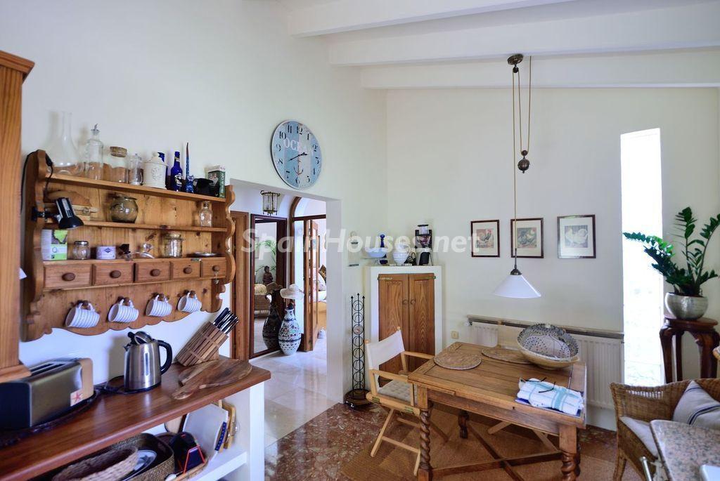 cocina2 7 1024x685 - Lujo rústico, naturaleza y encanto en una romántica villa en San José, Ibiza (Baleares)