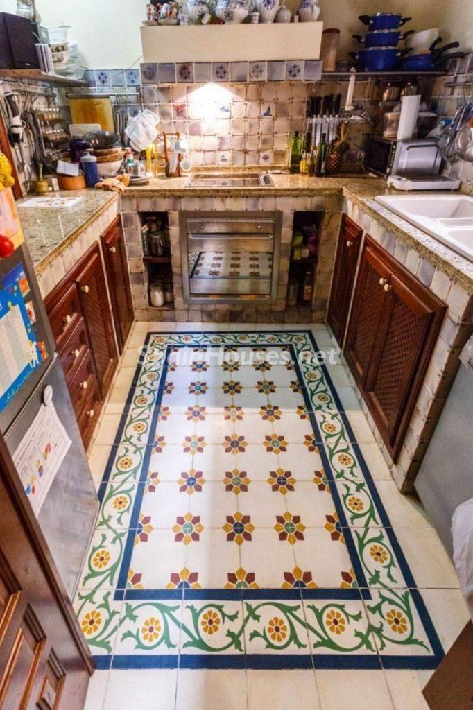 cocina3 3 682x1024 - Color tierras florentinas y sabor urbano en una casa en el Casco Antiguo de Sevilla