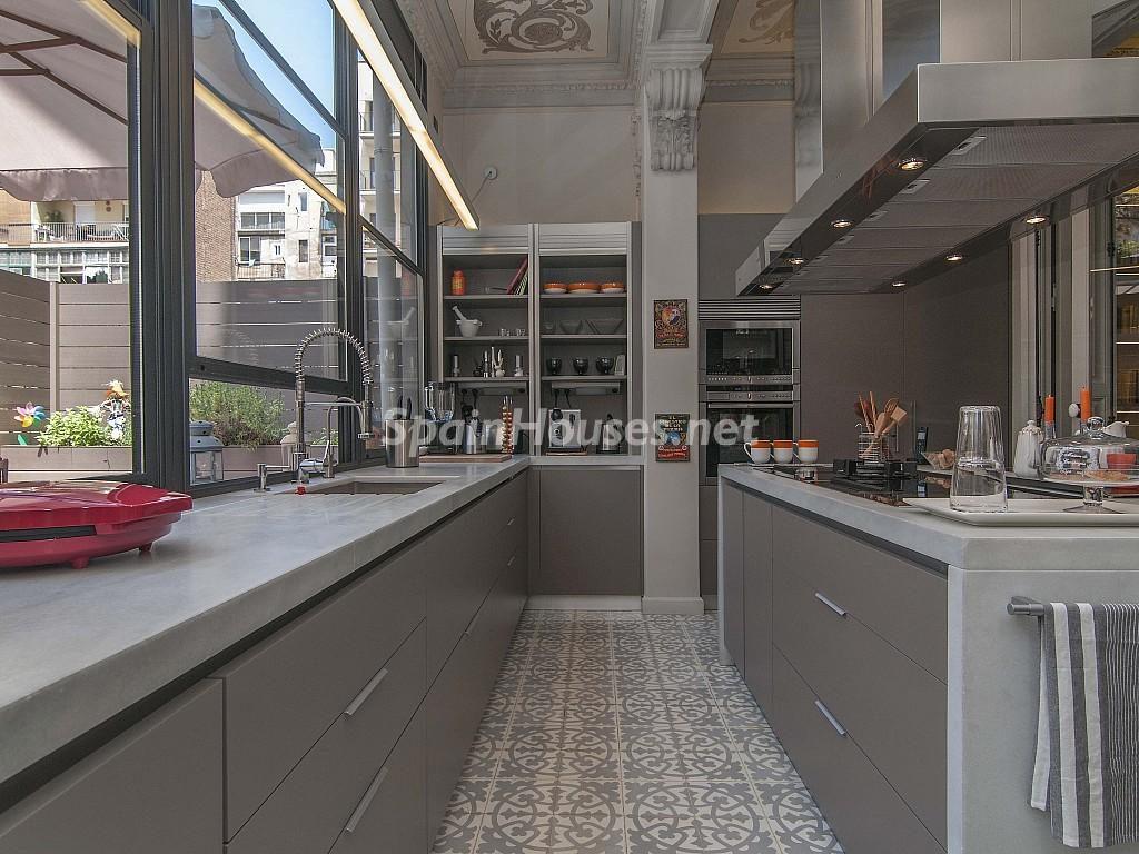 cocina4 1 1024x768 - Piso modernista en el Eixample (Barcelona): fusión espectacular de luz y elegancia