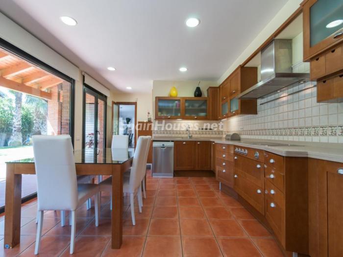 cocina53 - Fusión de ambientes en una elegante casa en Castelldefels (Barcelona)