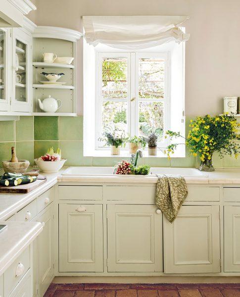 cocina con azulejos verdes y muebles en blanco 1035x1280 485x600 - La Ferme du Bon Dieu: Una granja convertida en casa que alberga una historia de amor