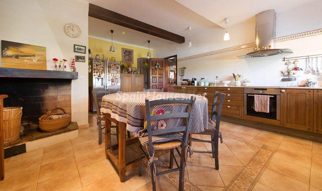 cocinaychimenea 1024x608 - Preciosa casa rústica entre viñedos y naturaleza en el Bajo Penedés, Tarragona