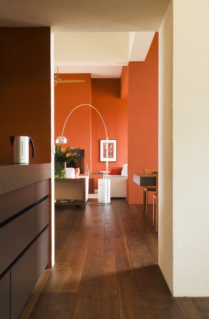 cocinaypasillo 672x1024 - Inspiración, color y elegancia en una preciosa casa en Sotogrande (Costa de la Luz, Cádiz)