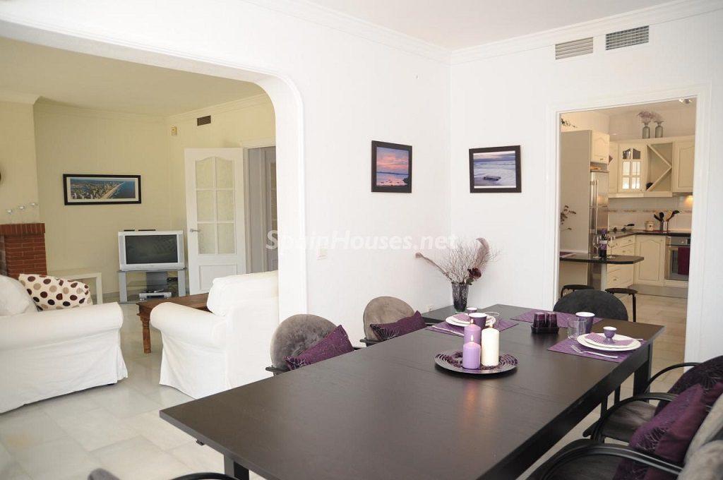 comedor 12 1024x680 - Coqueta villa en Mijas Golf (Costa del Sol, Málaga), con piscina y un bonito porche para disfrutar