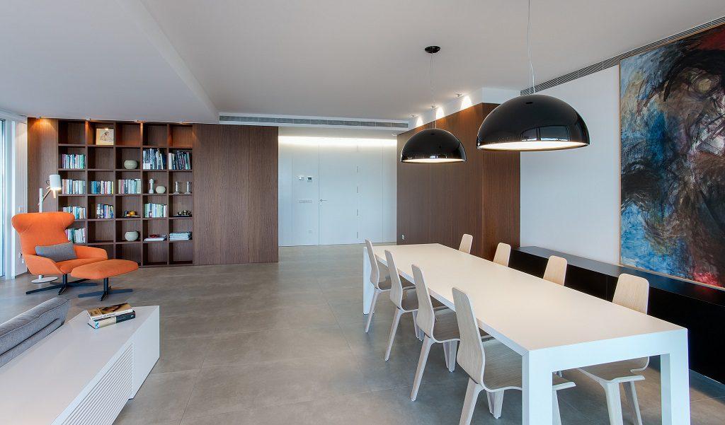 comedor 23 1024x601 - Piso en Benicasim (Castellón): serenidad sencilla y blanca junto al mar