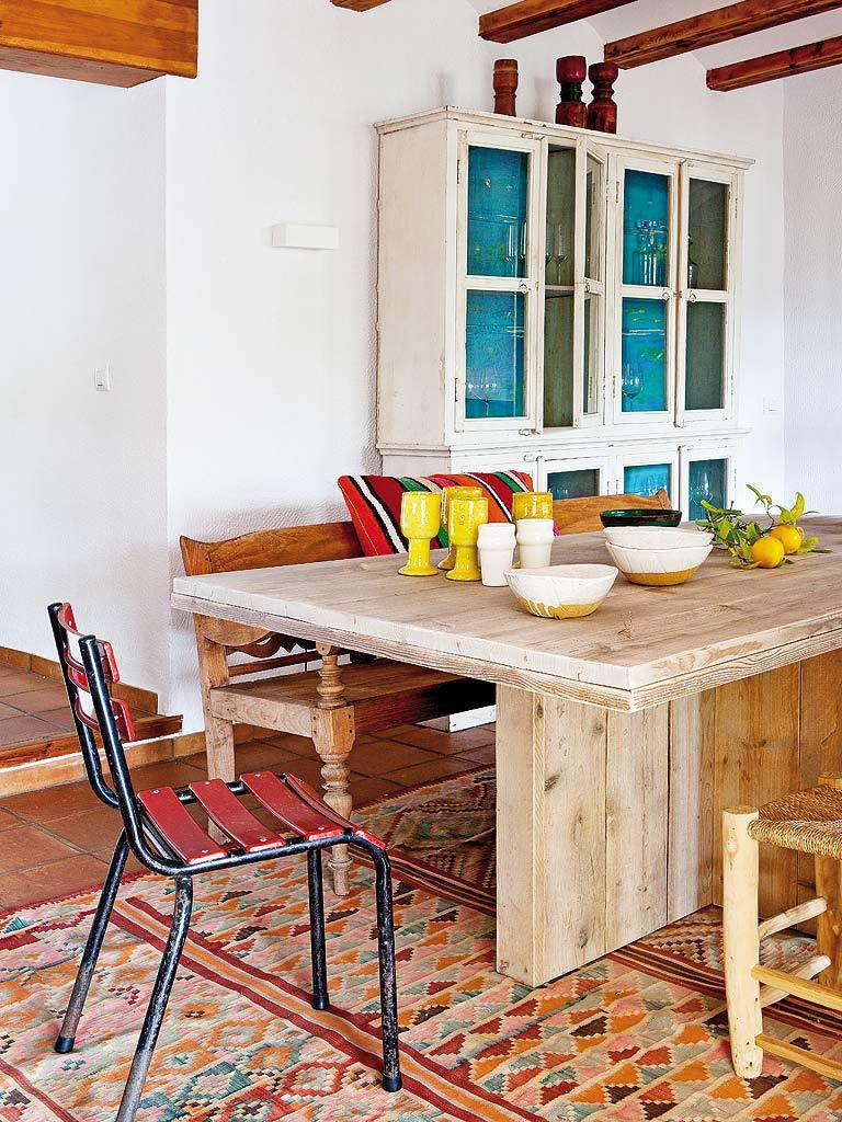 comedor 7 768x1024 - Fantástica casa luminosa y natural en Jávea (Costa Blanca), llena de color y toques étnicos