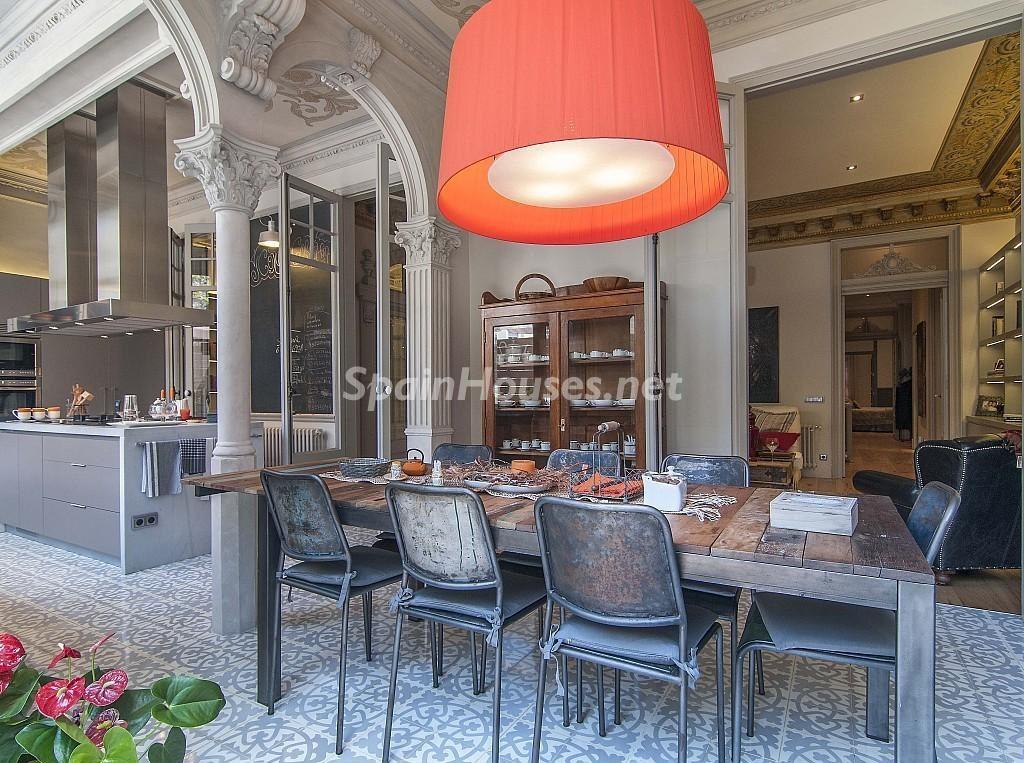 comedor bis 1024x763 - Piso modernista en el Eixample (Barcelona): fusión espectacular de luz y elegancia
