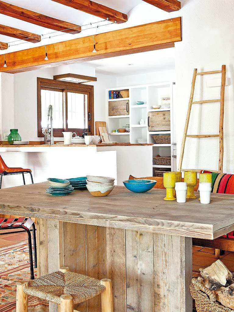 comedor cocina 1 768x1024 - Fantástica casa luminosa y natural en Jávea (Costa Blanca), llena de color y toques étnicos