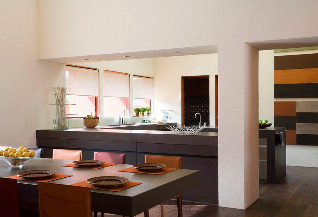 comedor cocina 3 1024x701 - Inspiración, color y elegancia en una preciosa casa en Sotogrande (Costa de la Luz, Cádiz)