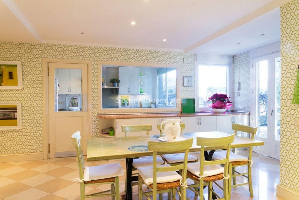 comedor cocina 7 1024x684 - Fantástica casa con piscina y un hermoso jardín en Villanueva de la Cañada (Madrid)