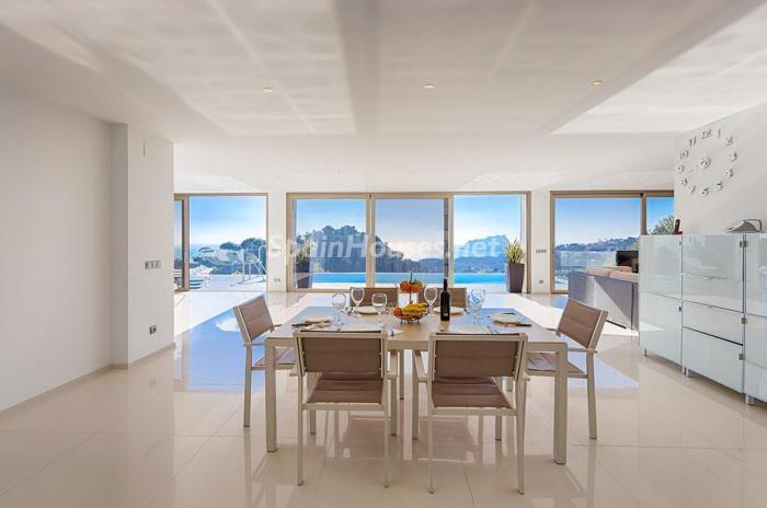 comedor cocina - Blanca y sofisticada villa de vacaciones en Moraira (Costa Blanca): luz y diseño frente al mar