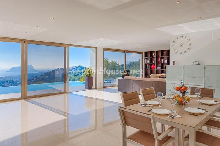 comedor cocina1 - Blanca y sofisticada villa de vacaciones en Moraira (Costa Blanca): luz y diseño frente al mar