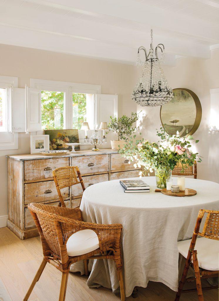 comedor con mesa redonda aparador decapado y sillas de ratan  00464934 cc2be59f 746x1024 - Shabby Chic: Descubre este estilo decorativo y las claves para adaptarlo en casa