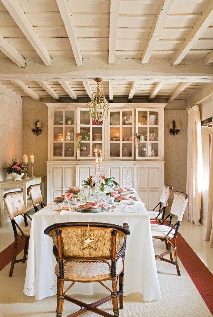comedor mesa 690x1024 - Nochevieja y Año Nuevo en una casa perfecta para una fiesta campestre y romántica