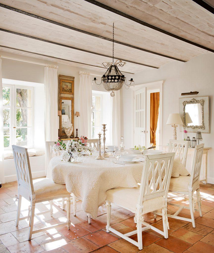comedor rustico clasico en blanco  00386143 ca3fcab1 1 865x1024 - Shabby Chic: Descubre este estilo decorativo y las claves para adaptarlo en casa