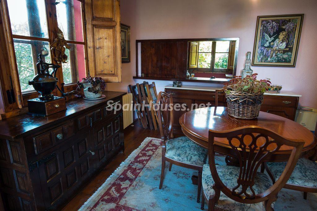 comedor1 8 1024x683 - Casa primaveral en Villaviciosa (Asturias): encanto, naturaleza y un romántico jardín
