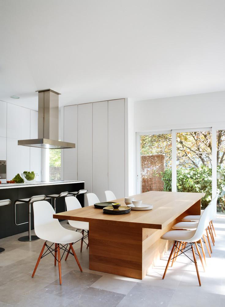 comedorycocina1 1 - Diseño contemporáneo y luz otoñal en una preciosa casa en Madrid