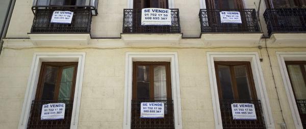"""Pisos con cartel de """"Se vende"""""""