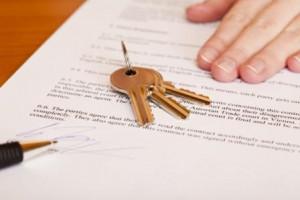 contrato 300x200 - Qué debes conocer antes de comprar una vivienda: precontrato, arras, cargas, impuestos...