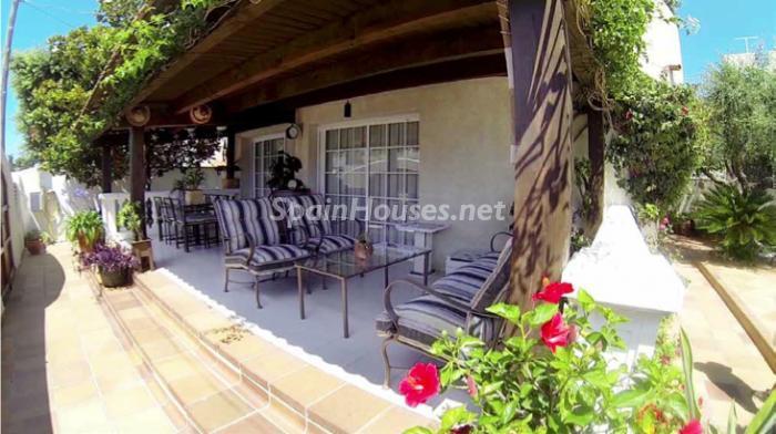 cunit tarragona - 20 preciosas casas para disfrutar de la primavera con bonitos rincones en el jardín