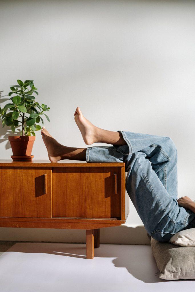 decorar con plantas 683x1024 - Trucos de aislar la casa del calor sin obras