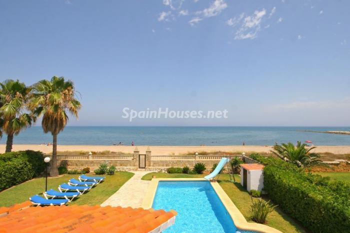 denia alicante 3 - 15 preciosas y modernas casas con espectaculares piscinas que miran al mar