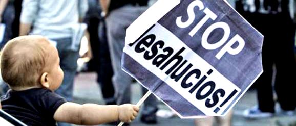 Niño protestando ante los desahucios