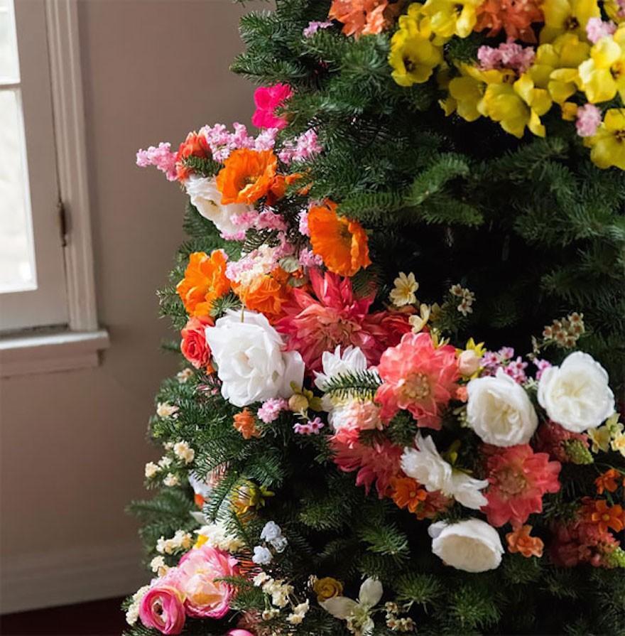 designlovefest1 - Decorar el árbol de navidad con flores: un ambiente fresco con un resultado espectacular