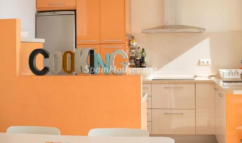 detalle cocina 1 - Luminoso apartamento en primera línea de mar en Roda de Barà (Costa Dorada, Tarragona)