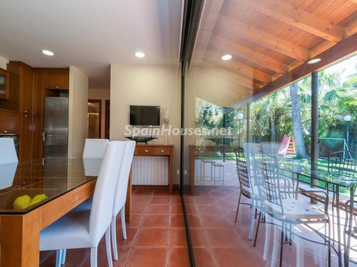 detalle comedor - Fusión de ambientes en una elegante casa en Castelldefels (Barcelona)