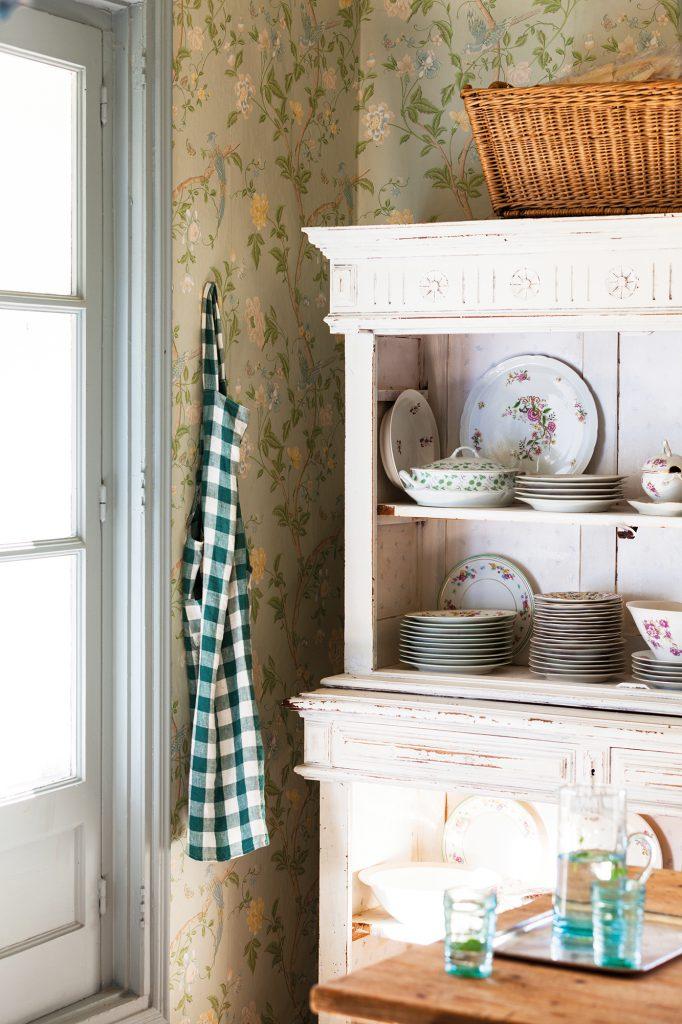 detalle de alacena blanca decapada con vajilla clasica  00457398 30438e60 682x1024 - Shabby Chic: Descubre este estilo decorativo y las claves para adaptarlo en casa