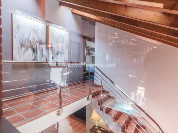 detalle escalera1 - Fusión de ambientes en una elegante casa en Castelldefels (Barcelona)