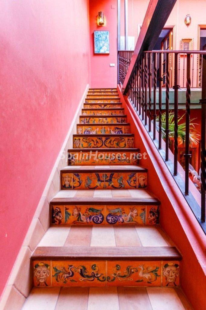 detalle escaleras 6 682x1024 - Color tierras florentinas y sabor urbano en una casa en el Casco Antiguo de Sevilla